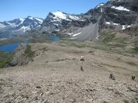 Risalendo dai Piani del Rosset verso il vallone del Leynir - Sullo sfondo i laghi Rosset e Leità e la catena della Grande Aiguille Rousse