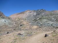"""La traccia """"lunare"""" che conduce all'interno del vallone del Leynir"""