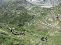 Percorrendo la mulattiera reale del Colle del Nivolet - Sullo sfondo la strada del Colle del Nivolet e la diga del Lago  Serrù