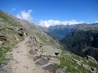 Il sentiero balcone che sovrasta la strada del Nivolet - Vista sul Lago di Ceresole Reale