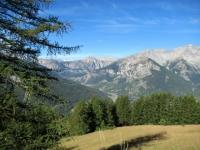 Lungo la salita in asfalto da Gleise - La valle di Bardonecchia (al centro), sullo sfondo la salita al Colle della Scala