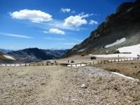 La staccionata in legno che delimita il confine italo-francese sul Colle del Sommeiller