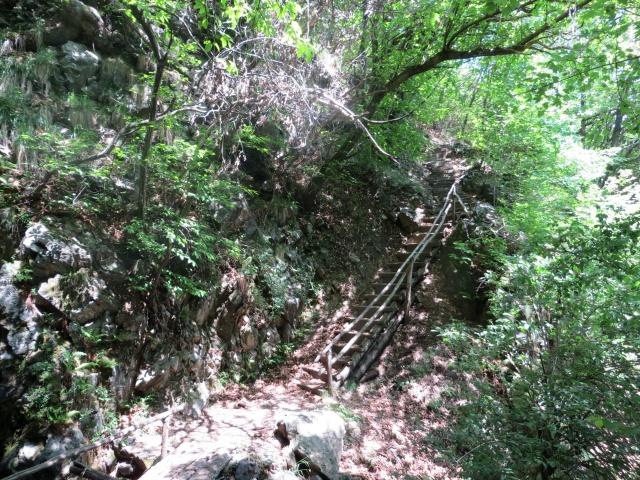 Il sentiero con scalinata da superare nel breve tratto a mano