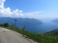 Il tratto finale di salita in asfalto in direzione della Corona dei Pinci - panorama sul lago Maggiore