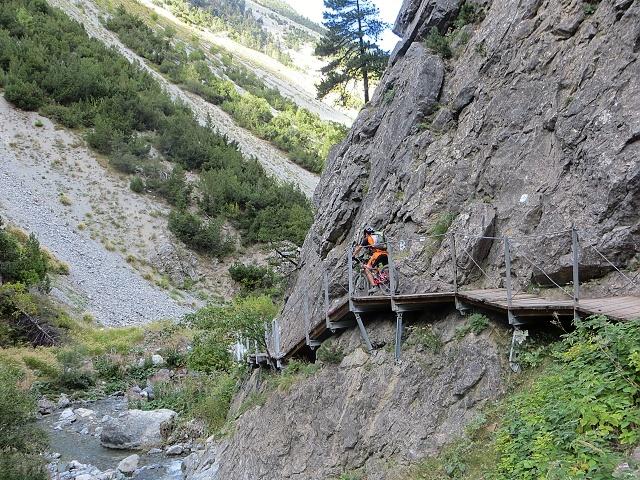 Discesa su sentiero nelle Gorge di S.Gervasio dopo Claviere