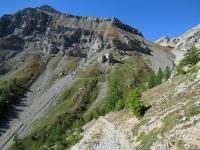 Il tratto difficoltoso della militare di Val Morino che da Grange Quagliet sale al Piano dei Morti - sullo sfondo lo Chaberton