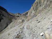 Il sentiero posto sul costone roccioso lungo il versante sud-occidentale di Punta Rochers Charniers che attraversa la Roccia Tagliata