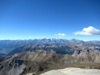 Panorama dalla cima dello Chaberton - Massiccio degli Ecrins sullo sfondo, a livello intermedio il col de Granon con circostranti rilievi, in primo piano la catena di monti riconducibile alla Pointe de Dormillouse e la Téte des Fournéous