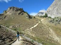 Discesa su sentiero nel vallone di Rio Secco dopo aver superato la località Sette Fontane