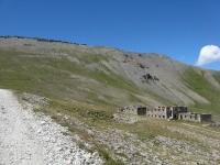Resti della casermetta militare nei pressi del Colle Jafferau, sullo sfondo il forte Jafferau posto sull'omonima sommità