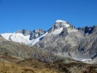 Il ghiacciaio del Rodano racchiuso ad est da Galenstock (3.586), Dammastock (3.630) e Rhonestock  (3.589)
