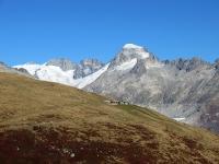 L'alpeggio di Unnerbodme - Sullo sfondo Il ghiacciaio del Rodano racchiuso ad est da Galenstock (3.586), Dammastock (3.630) e Rhonestock  (3.589)