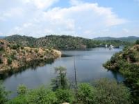 Lago di Ravasanella - sullo sfondo la diga di Asei