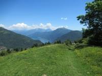 Scorci su lago di Como e attigui rilievi salendo da Casasco d'Intelvi al Rifugio Capanna Giuseppe e Bruno