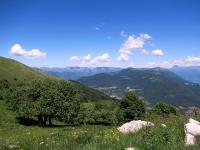 Panorama sulle prealpi lecchesi (sfondo)  da Mater (vista ad nord-est)