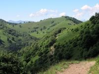 Percorrendo il bel single track che aggira il Pizzo della Croce - Panorama sul Monte di Orimento