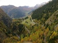 Dalla diga del Lago di Luzzone, particolare sulla strada percorsa in salita. Sullo sfondo la Val Camadra