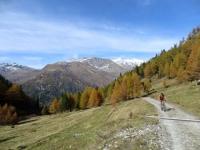 Val di Carassino, sullo sfondo, innevati, la Cima di Camadra ed il Piz Medel