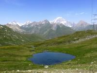 Laghetto alpino con sfondo sul Monte Bianco