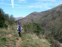 Lungo il single-track che si snoda all'interno della valle del torrente Gorzente