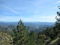 """Panorama sui rilievi dell'entroterra genovese percorrendo la """"sterrata dei Laghi"""" dal Lago Lungo"""