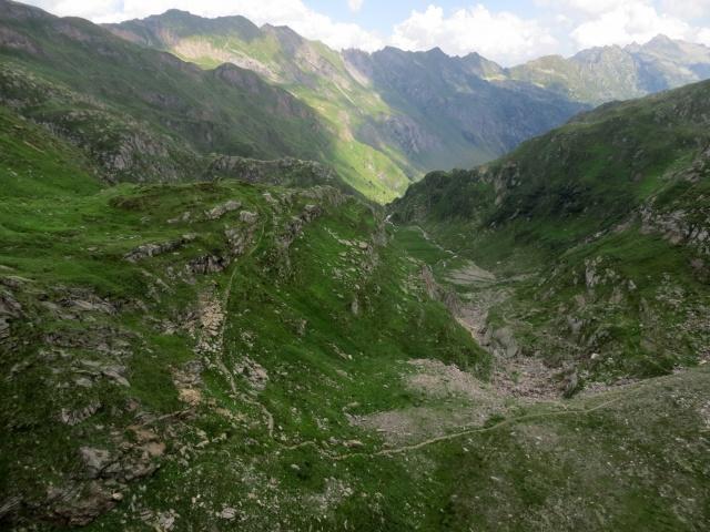 Panoramica sulla prima parte del sentiero che scende dalla diga del Lago del Naret verso l