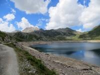 Lo sterrato che costeggia il Lago del Naret