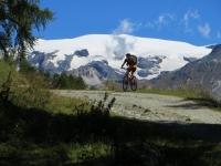 Magnifico panorama sul ghiacciaio di Ventina (Gobba di Rollin) salendo all'Alpe Cortina Superiore