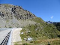 La diga che delimita il bacino di Cignana