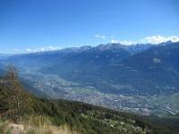 Fondovalle (città di Sondrio) dalla croce  in ferro dell'Alpe Poverzone - Sullo sfondo i rilievi della bergamasca