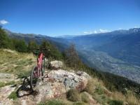 Fondovalle (città di Sondrio) dalla croce  in ferro dell'Alpe Poverzone - Sullo sfondo al centro il Massiccio dell'Adamaello