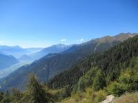 Panorama sulla bassa Valtellina percorrendo lo sterrato che collega l'Alpe Poverzone con il Lago di Colina