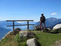 Percorrendo lo sterrato che collega l'Alpe Poverzone con il Lago di Colina