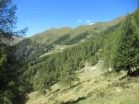 Gli alpeggi che precedono il Lago di Colina