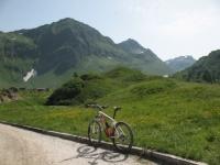 Piz Corandoni sopra Cadagno ed al centro il monte  Schenadui - sullo sfondo il Pizzo dell'Uomo