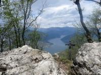 Sulla vetta del Monte Orsa, sguardo sul Lago Ceresio