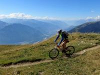 Il sentiero che si snoda nei pascoli superiori della Oberi Alp, sullo sfondo la valle del Rodano