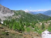Panorama sull'area coperta dall'itinerario - sullo sfondo a destra la verde sommità sulla quale sorge la chiesetta della Madonna del Cotolivier