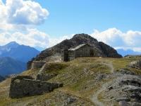La vetta dello Janus ed i resti della caserma militare
