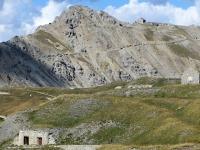 Lo Janus ed il tratto di salita al forte con  i resti della fortificazioni militare posti sull'antecima