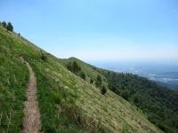 Il bel single track che aggira il Monte Boletto