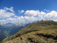 La sommità del Breithorn individuata dal tipico omino in pietra, sullo sfondo la Binntal