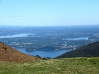 Lago di Varese (sx), Lago di Monate (dx), Lago Maggiore (centro basso) dalla sommità del Monte del Falò