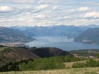 Panorama sul Lago Maggiore e sul Golfo Borromeo dalla sommità del Monte del Falò