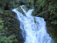 Bella cascata vicino alle grotte di Rescia