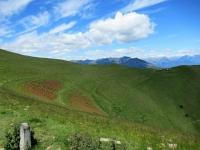 Lungo le pendici del Monte di Tremezzo, sullo sfondo l'omonima Alpe