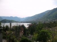 Panorama sulla sponda comasca del lago con la penisola di Lavedo