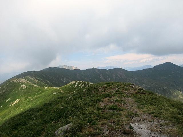 Il sentiero che corre sul crinale dal Sasso Basciota verso il Monte Gazzirola