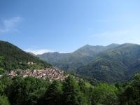 L'abitato di Cavargna - Sullo sfondo la piramide del  Pizzo di Gino
