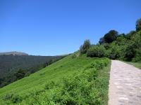 La salita cementata che sale al Passo San Lucio